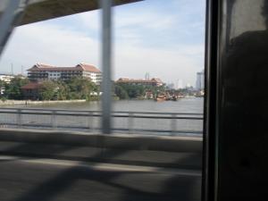 チャオプラヤー川を渡る17番バスから