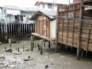 泥湿地に建つ高床式の住宅