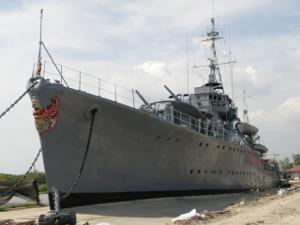 メークローン号を左舷側から
