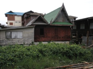 中心部には古そうな家屋も