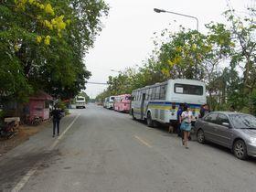ティワーノン通り始点船着き場前の90番バス