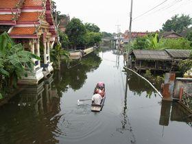 バーン・クーウィアン運河を行く舟