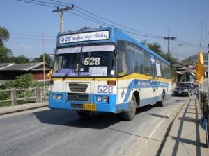上りの528番バス