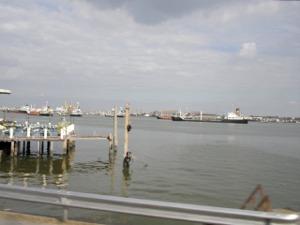 チャオプラヤー川には大型船が沢山停泊してます
