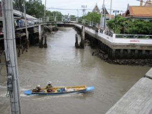 運河を行く舟が!