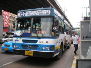 メジャー前のバス停に到着した127番バス