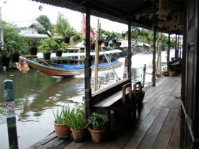 バーン・シンラピンへの廊下からバンコク・ヤイ運河を望む