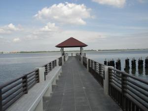 チャオプラヤー川へと伸びる遊歩道