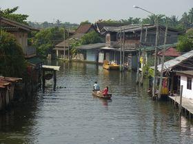 サナーム・チャイ運河を行く舟
