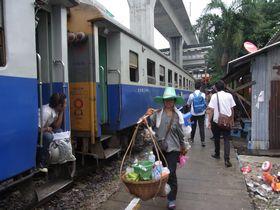 パヤータイ駅に到着した列車