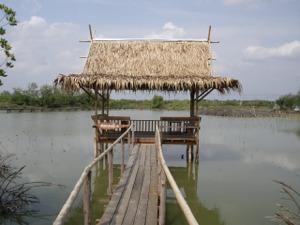 池の中央に建つあずま屋