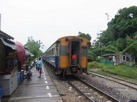 パヤータイ駅を出発する列車