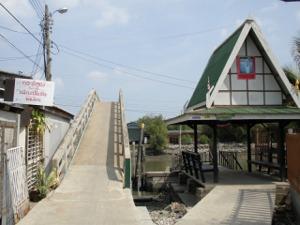 運河を渡る急な橋