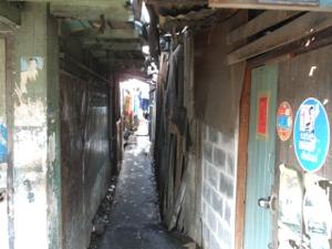 クロントイ・スラムの路地