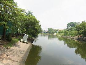 水門近くのバーンブアトーン運河の風景