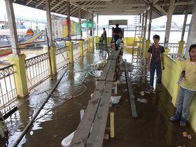 洪水のノンタブリー船着き場