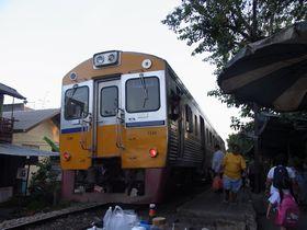 ワット・サイ駅に到着した列車