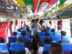 ナコーンサワン-スパンブリーのバス車内