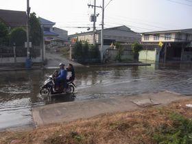 国鉄マハーチャイ線沿いの洪水