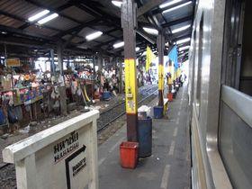 マハーチャイ駅を発車する列車