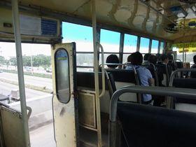 ドアあけっぱで疾走するバス