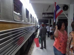 タラート・プルー駅に到着した列車