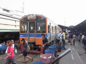 マハーチャイ駅に到着した列車