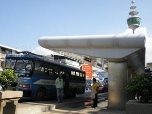 バーンブアトーンのバス停