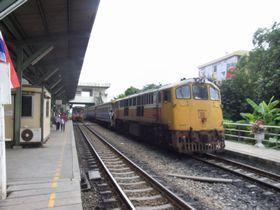 ラートクラバン駅に停車した上り列車