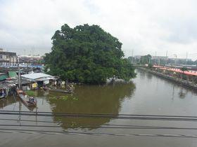 右がマハーナコーン水上マーケット、左がフアタケー市場