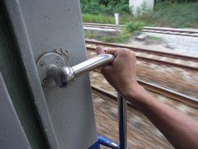 バンコク行き列車に乗車の図