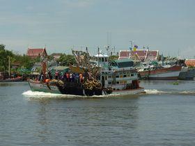 ターチーン川を行く漁船