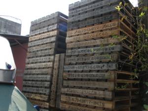 日本の会社名が入った木枠がたくさん…