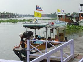 ワット・ヤイ水辺マーケットから出発する観光船