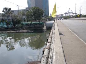 プラカノン運河を渡ります