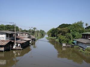 西へと続くプラピモンラーチャー運河