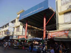 バーンブアトーン市場の入口