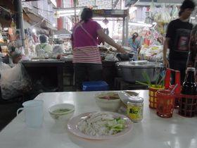 バーンブアトーン市場のカオマンガイ屋で朝食
