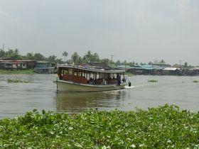 ワット・セーンスィリタム水上マーケットにやってくる観光船