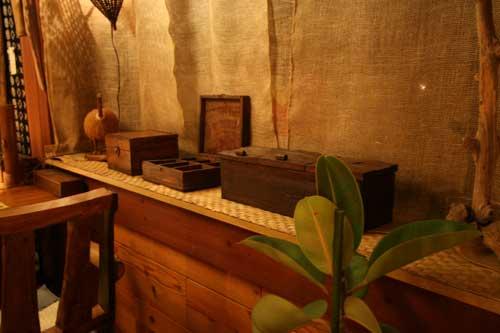 アジアン住宅 出窓に素朴な感じの布を使用。 木製シャッター。  アジアン住宅 バリ風インテリア