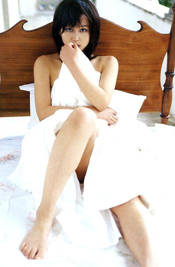 ベッドに座っている姿の堀北真希さん