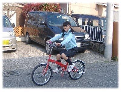 折りたたみ自転車に乗るアネキ