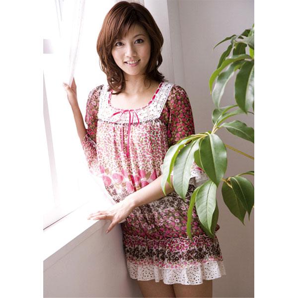 花柄のワンピースを着た加藤真輝子