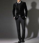 黒中心に着てもいいし、白をバランスよくいれてもOK。去年からひき続きベルベットのジャケットが人気で、今年は黒で決まりみたいです。