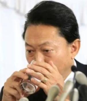【話題】舛添氏、号泣元県議と「水の飲み方ソックリ」と話題…コップを手で隠す ★2©2ch.net YouTube動画>3本 ->画像>70枚