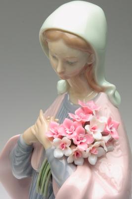 リヤドロ【花を持つマリア】