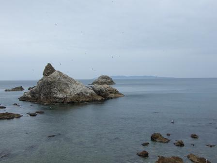 雄獅子岩と粟島