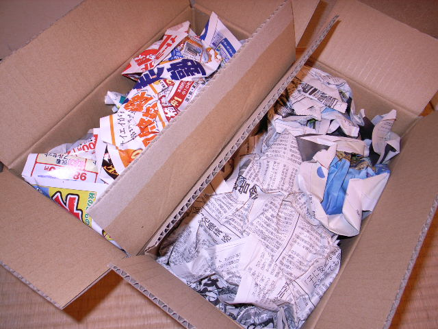 梱包材は新聞とチラシ