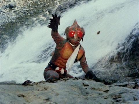 川沿いにいる仮面ライダーアマゾン