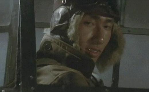 父の小田切武市(財津一郎)も再招集されて、大和に乗員していた。航海士の本郷眞二少尉(金田賢一)に